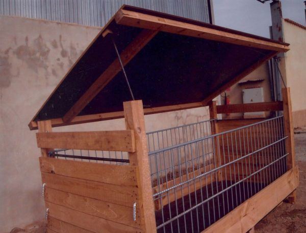 comedero-madera-tejado-exterior-reja-movil